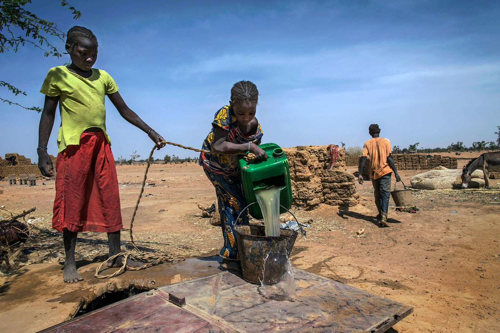 Children fetch water in an internationally displaced persons (IDP) village in the Mopti area of Mali.