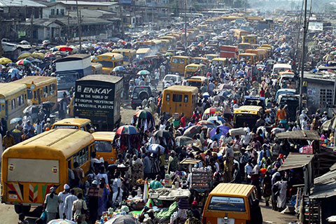 Nigerians throng outdoor market in Lagos