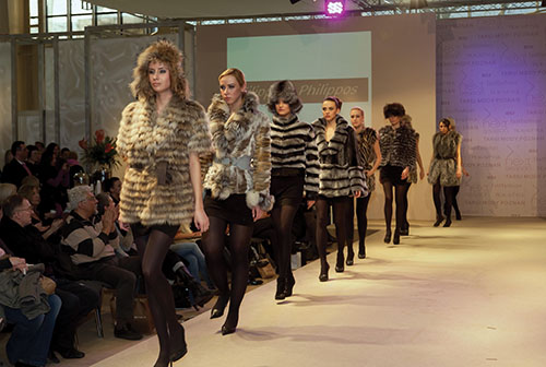 Fashion models wearing clothes made from animal fur. Many fashion designers work with fur, helping sustain an illegal trade that is behind the deaths of millions of animals for their skins.   Alamy/Agencja Fotograficzna Caro