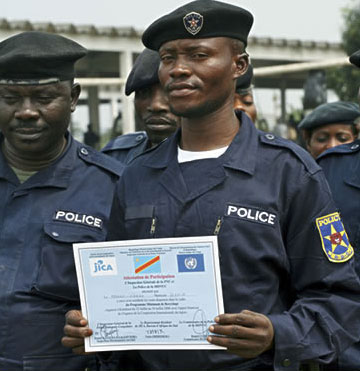 Congolese police officers graduate from a MONUC training programme