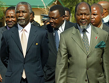South African President Thabo Mbeki (left) and then Mozambican President Joachim Chissano
