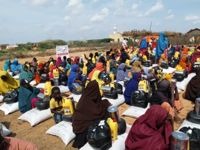 Flood-affected families receive humanitarian assistance in Ceel Jaalle, outside Belet Weyne town, on 4 November 2019.