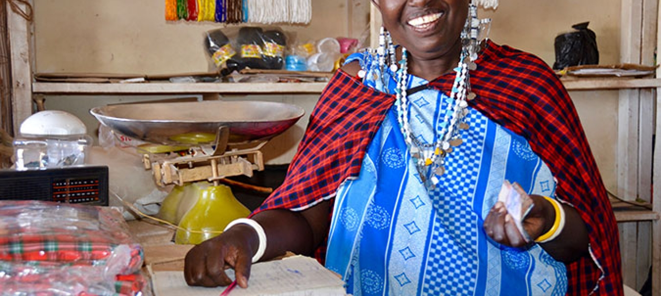 Mama Nalepo dans son magasin au marché local du village de Mamura à Arusha, en Tanzanie. Photo : ONU Femmes/Deepika Nath - See more at: http://www.unwomen.org/fr/news/stories/2016/10/maasai-women-of-tanzania-take-charge-of-their-own-lives-and-livelihood#s