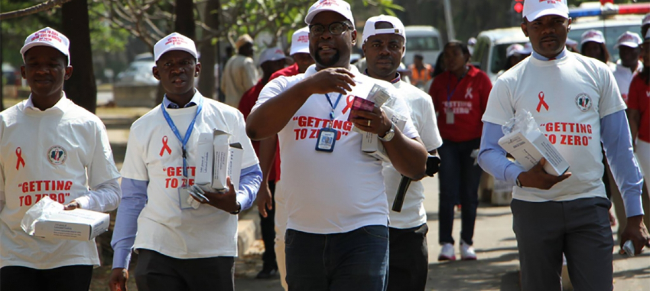 On World AIDS Day, people in Nigeria took a walk in the Asokoro neighbourhood of Abuja to increase HIV/AIDS awareness in the general public. Photo: UNAIDS