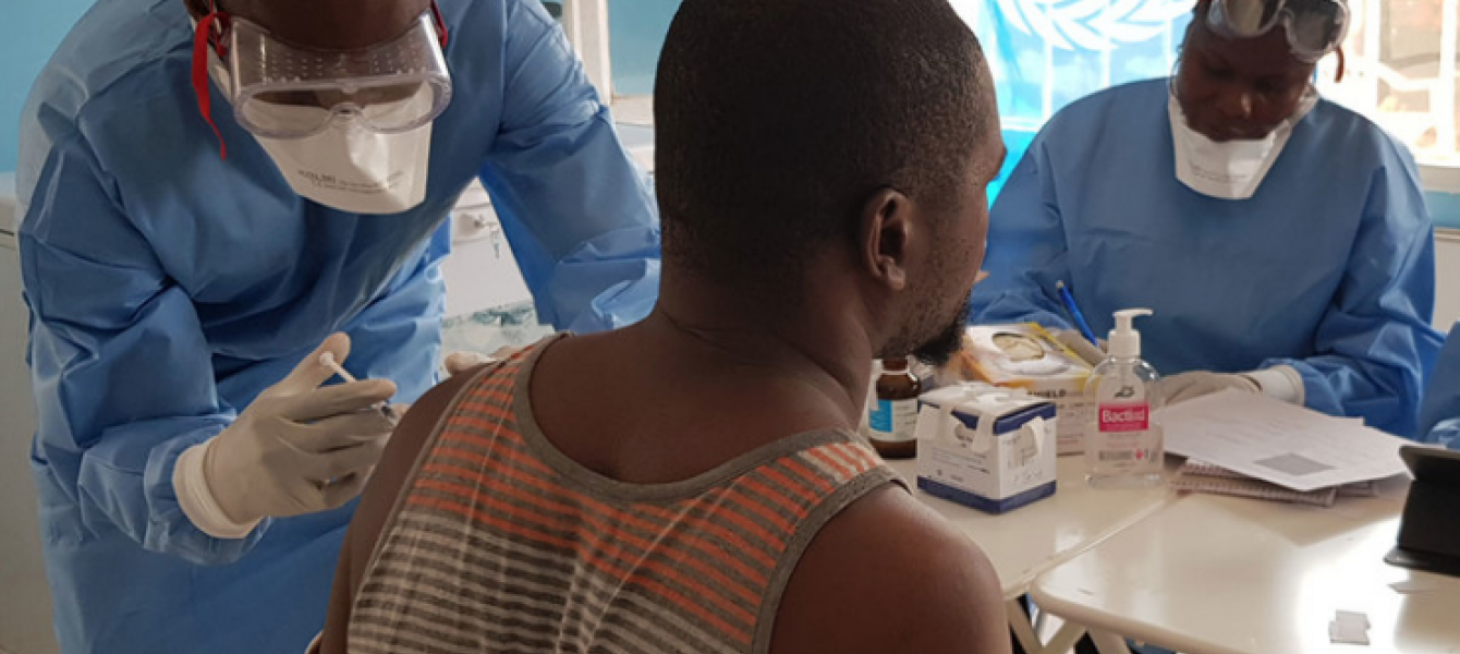 Dr. Alhassane Toure vaccinates a health worker at a health centre in the city of Mbandaka (16 June 2018).