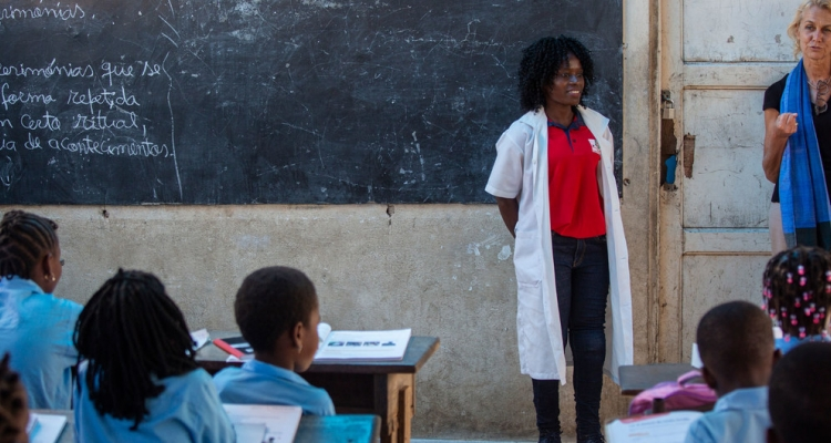 UN Resident Coordinator in Mozambique, Myrta Kaulard (far right) visits a primary school in Beira, Mozambique, in March 2020.