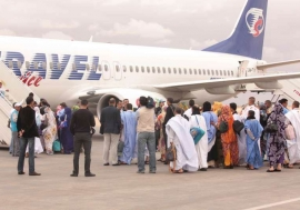 Families board a flight at Laayoune, Western Sahara, before departure for Tindouf in Algeria (April 2012).