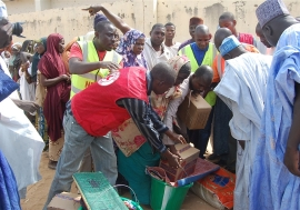 Aid agencies hand out relief to people displaced by Boko Haram. Photo: IRIN/Aminu Abubakar