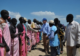 OCHA Director of Operations John Ging (centre), meeting with community representatives, during a one-day visit to Upper Nile State, South Sudan, on 21 October 2015.