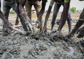 Every year, thousands of seasonal workers from West and Central Africa travel to gold mining areas in Burkina Faso, Senegal or Mali.