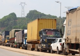 Trucks loaded with goods had been waiting for weeks to cross the Côte d'Ivoire-Ghana borders