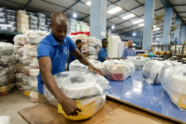 Factory workers package products at Decorplast, a manufacturer and regional exporter of injectionmoulded plastic goods in Ghana. Panos/ Nyani Quarmyne