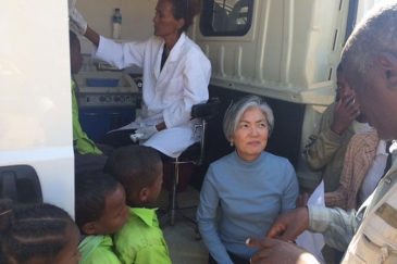 Assistant Secretary-General for Humanitarian Affairs and Deputy Emergency Relief Coordinator Kyung-wha Kang (centre) pays a visit to a mobile dental school bus in the Maekel region of Eritrea. Photo: OCHA/Laila Bourhil