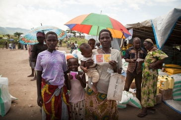 In camp Lucenda, Democratic Republic of the Congo (DRC), Burundian refugees redeem vouchers for food of their choice at food fairs organized by WFP with local merchants. Photo: WFP/Leonora Baumann
