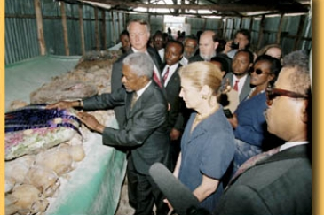 Secretary-General lays a wreath at a genocide site in Mwurire, Rwanda, during a 1998 visit.  Photo : ©United Nations / DPI