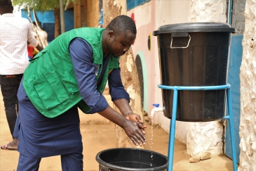 IOM and returnees demonstrate hygiene measures and handwashing to migrants in transit and displaced persons in Niger.