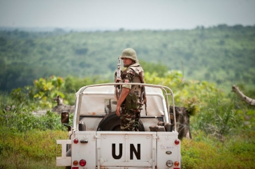 Peacekeepers serving with the UN Multidimensional Integrated Stabilization Mission in the Central African Republic (MINUSCA) escort a UN delegation in Bambari. UN File Photo/Catianne Tijerina