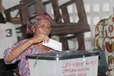 A voter casts her vote in Togo's elections. Photo: UNDP Togo/Emile Kenkou