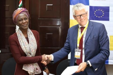 Maureen Achieng (l), IOM Ethiopia Chief of Mission and Representative to AUC, IGAD & UNECA with Sweden's ambassador to Ethiopia and Djibouti, Torbjörn Pettersson.