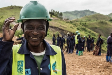 Locals in South Kivu in the Democratic Republic of the Congo take part in a community road recovery project funded by UNDP.