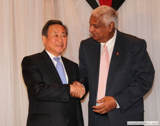 /en/sc/1540/images/1540LB/1540 Acting Prime Minister of Trinidad and Tobago and Minister of Foreign Affairs, Mr. Winston Dookeran (right) and 1540 Chair, Ambassador Kim Sook meet in the framework of the 1540 Committee visit to Trinidad and Tobago at the invitation of its Government (17-19 April 2013)