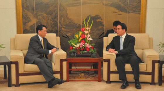 Photo of Ambassador Oh Joon, Chair of the 1540 Committee in discussion with Deputy Foreign Minister, Mr Li Baodong at the Ministry of Foreign Affairs, Beijing on 23 October 2014 at the start of the 1540 Committee's visit to China.