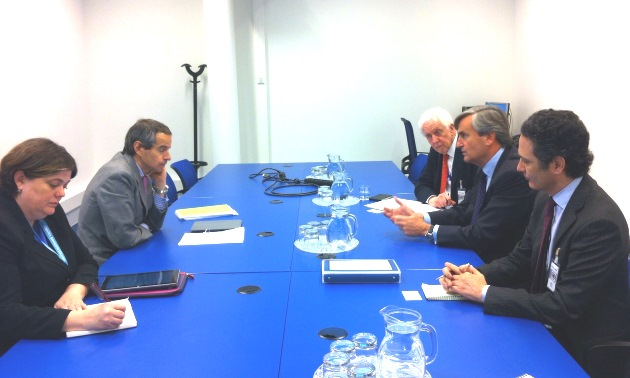 Ambassador Román Oyarzun Marchesi (centre right), Chair of the 1540 Committee at a meeting with the Chair of the Nuclear Suppliers Group, Ambassador Rafael Grossi (second from the left) in Vienna on 20 May 2015.