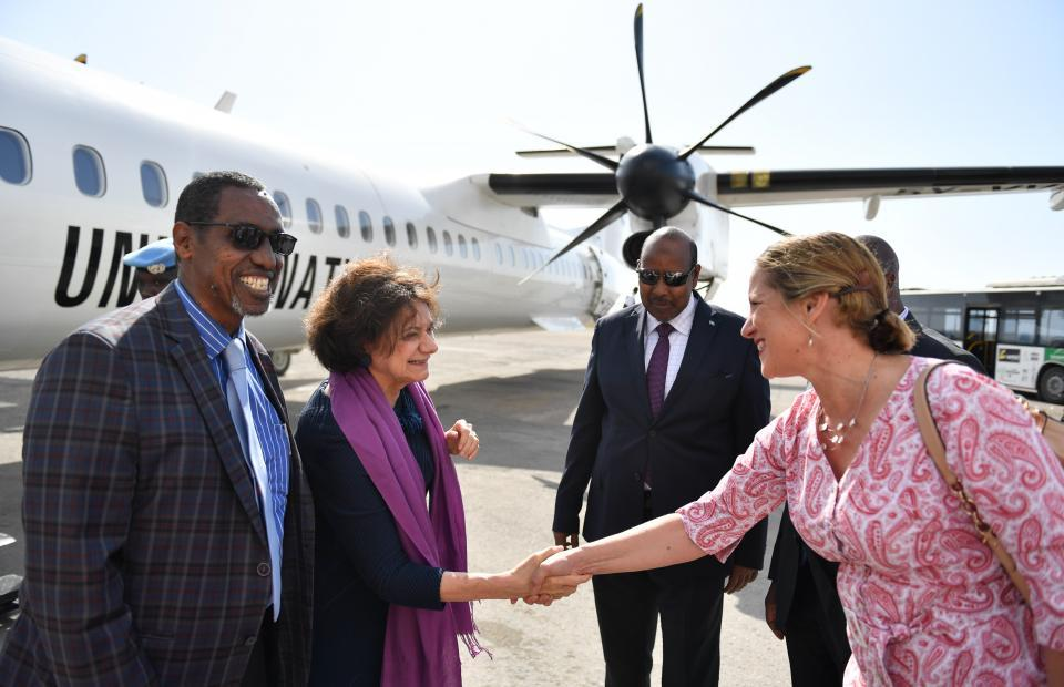 Head of Mission, UN Support Office in Somalia, Lisa Filipetto (on the right) greets Rosemary DiCarlo, the Under-Secretary-General for Political and Peacebuilding Affairs, at Mogadishu, Somalia. By UN Photo/Ilyas Ahmed