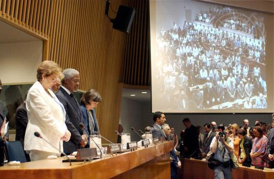 Kofi Annan and others taking a moment of silence at the Annual Memorial Service