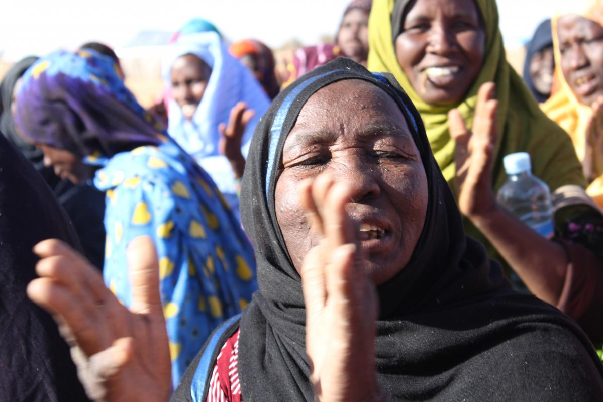 Mauritania: Villagers clapping.