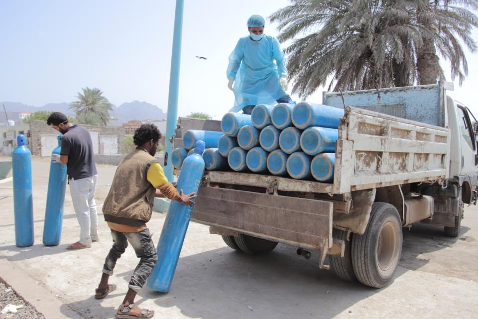 Oxygen cylinders are being delivered to hospital in Yemen