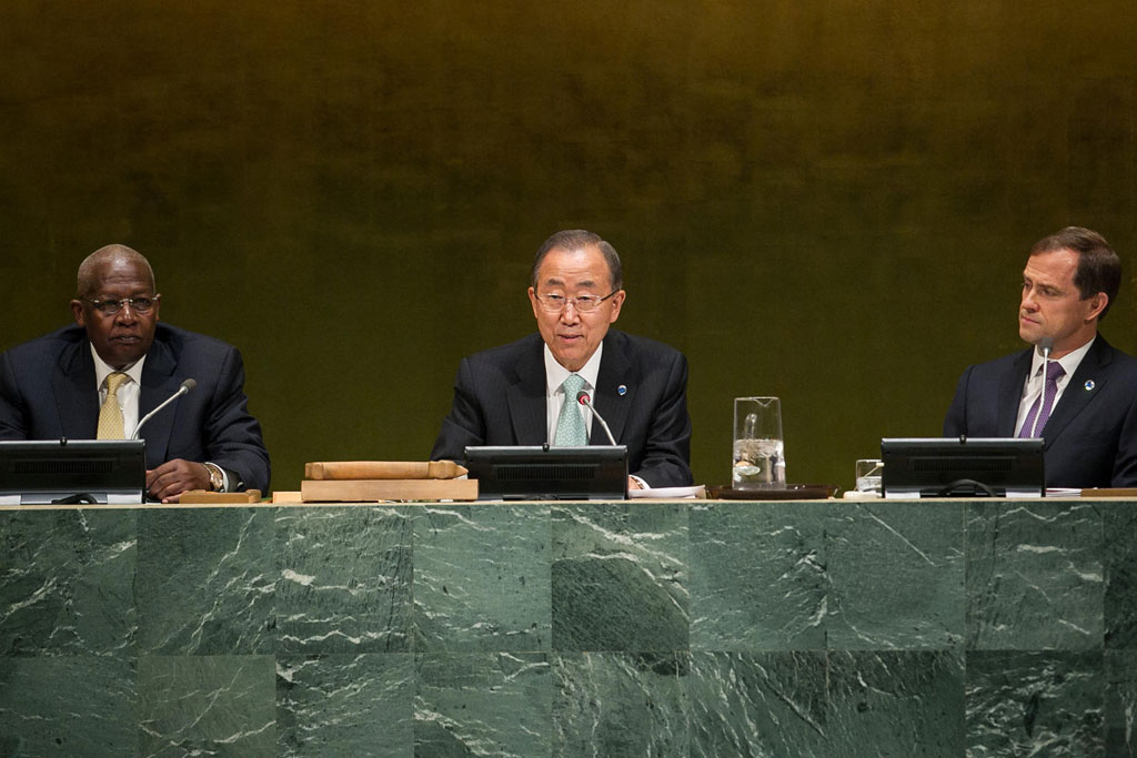 Addressing Climate Summit, Ban Ki-moon underscores the importance of climate change as the defining issue of our age and called for leadership to cut emissions. UN Photo/Cia Pak