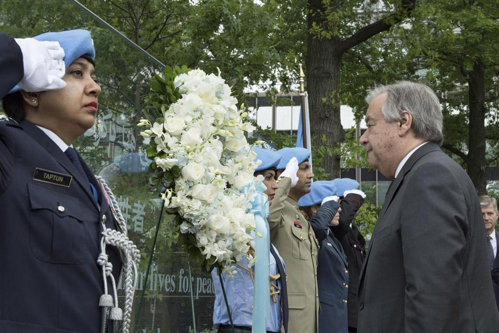 Secretary-General António Guterres (right) lays a wreath in honour of all peacekeepers who lost their lives while serving under the UN flag. UN Photo/Mark Garten