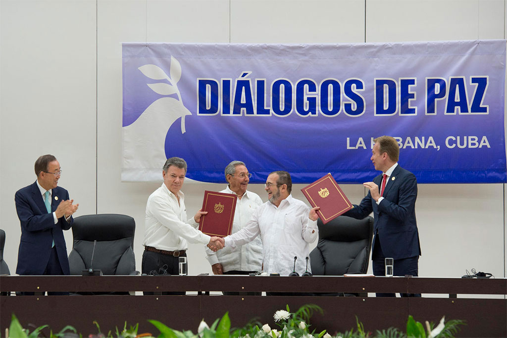 Juan Manuel Santos Calderón, President of Colombia, shakes hands with Timoleón Jiménez, Commander of the FARC-EP, at the ceremony in Havana for the signing of a ceasefire. UN Photo/Eskinder Debebe