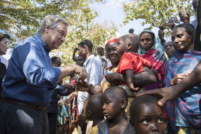 António Guterres (left) meets internally displaced persons (IDPs) in Bangassou, Central African Republic
