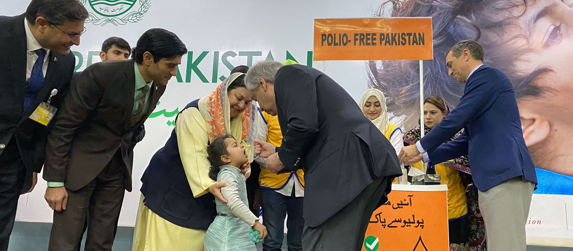 Secretary-General António Guterres administers the polio vaccine to a kindergarten student on his visit to Lahore, Pakistan, as part of a nationwide vaccination campaign. (February 2020) UN News/May Yaacoub