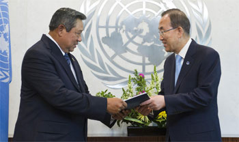 President of Indonesia Susilo Bambang Yudhoyono, the Panel's Co-chair, hands over the report to Secretary-General Ban Ki-moon