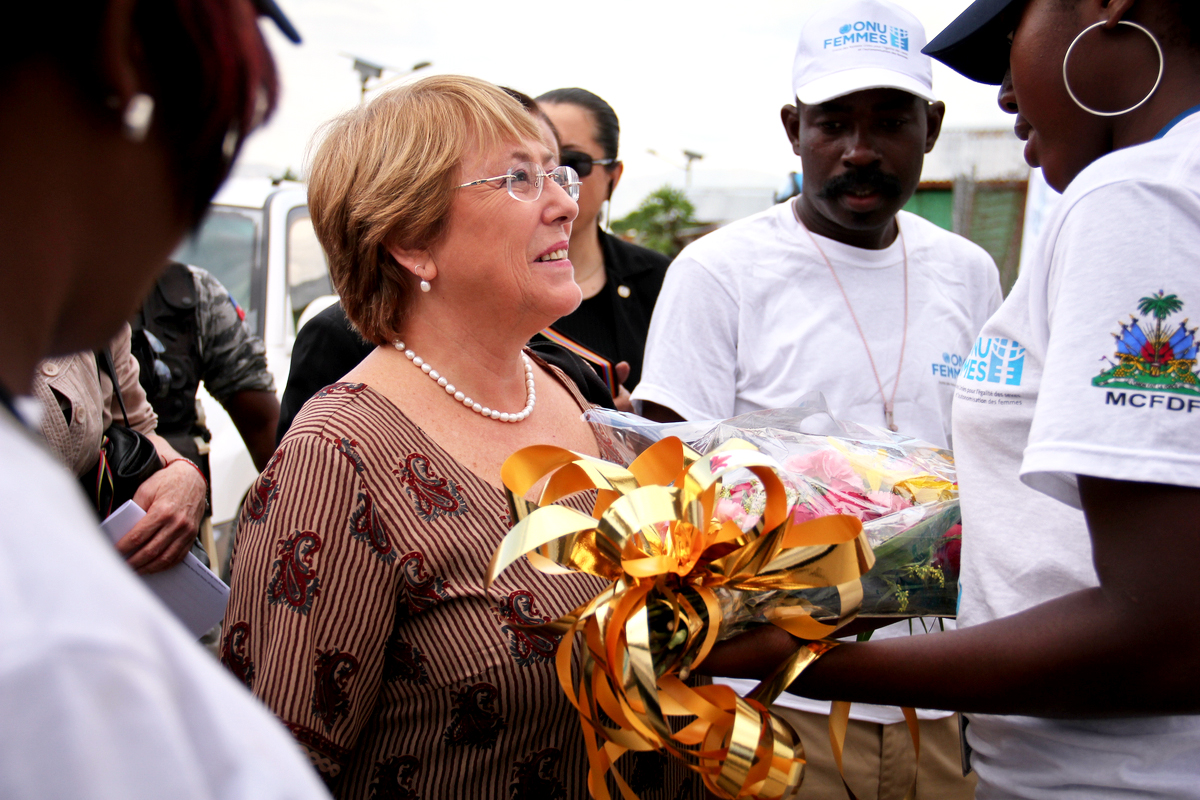 Michelle Bachelet receives flowers.