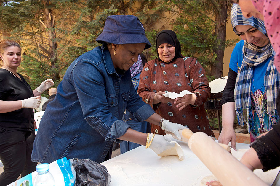 Bangura is cooking with Syrian refugee women.