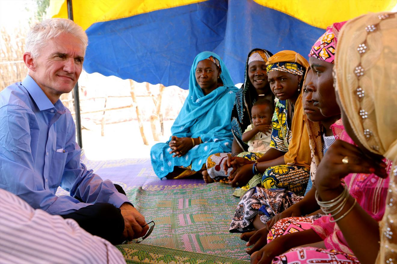 Mark Lowcock, speaks to displaced women.