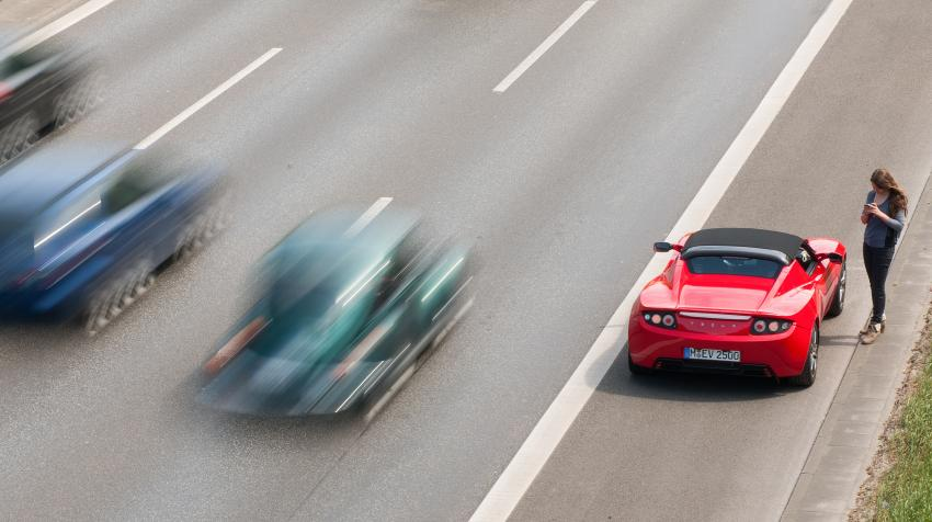 Vehicles experiencing a breakdown or an emergency can stop in the emergency lane; these lanes may themselves present risks to traffic. Wikimedia Commons.