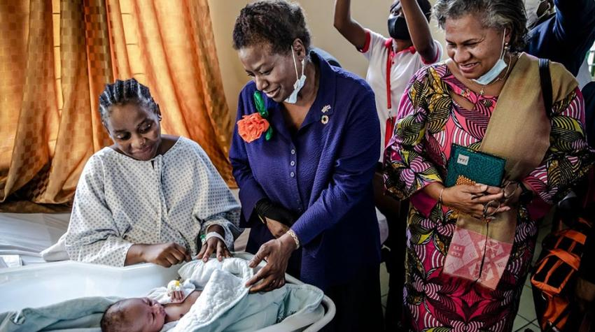UNFPA Executive Director Dr. Natalia Kanem visits a mother and her newborn in the maternity ward at Biamba Marie Mutombo Hospital in Kinshasa, Democratic Republic of the Congo 17 May 2021. ©UNFPA/Luis Tato