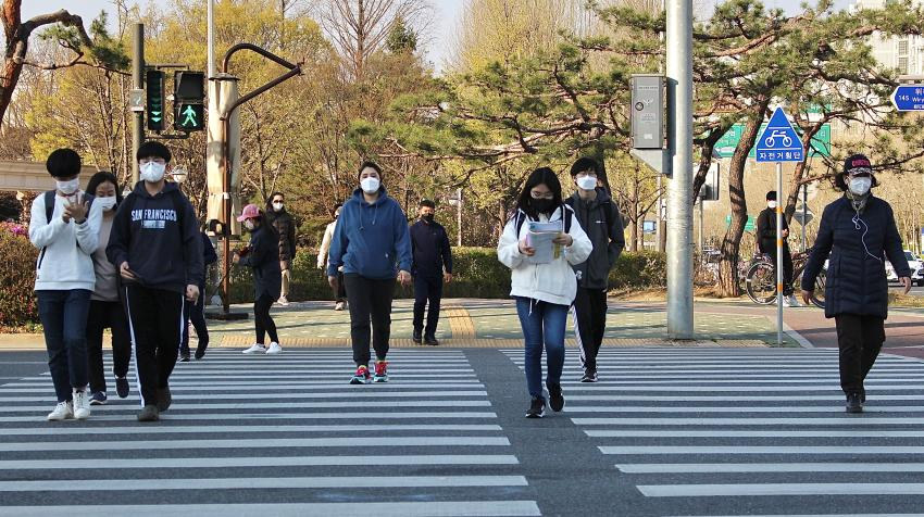 A street scene from the Republic of Korea during the COVID-19 pandemic. Photo provided by Tabitha Kwon.