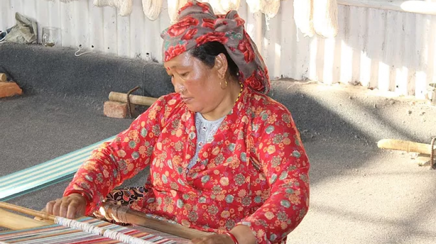 A Nepali woman creating textiles in the city of Pokhara (Photo: EASDA)
