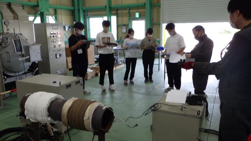Undergraduate students examine methods of energy recovery from factory-produced exhaust heat (Photo: UKK)
