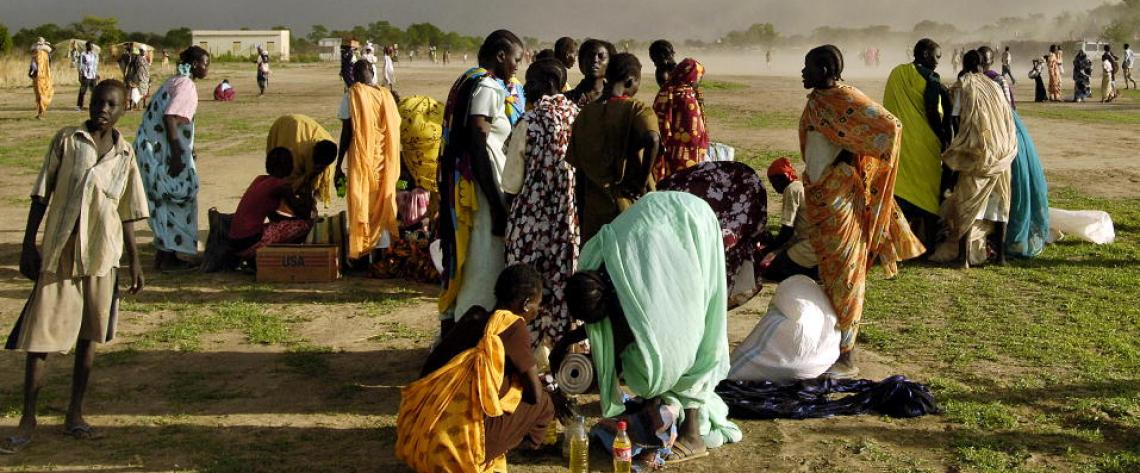 After fleeing heavy fighting between the Sudan Armed Forces and the Sudan Peoples Liberation Army (SPLA), thousands of Internally Displaced Persons receive rations of emergency food aid distributed by the World Food Programme. Agok, Sudan. 21 May 2008.
