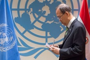 Photo: Secretary-General Ban Ki-moon reviews notes before hosting a signing ceremony for the Paris Agreement on Climate Change on 22 April at the United Nations.