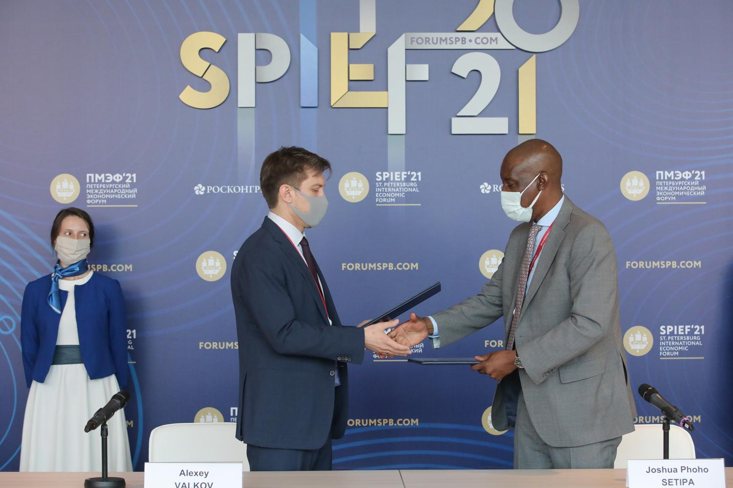 Mr. Alexei Valkov, SPIEF Director and Mr. Joshua Setipa, UN Technology Bank Managing Director at the signing ceremony of the MoU.
