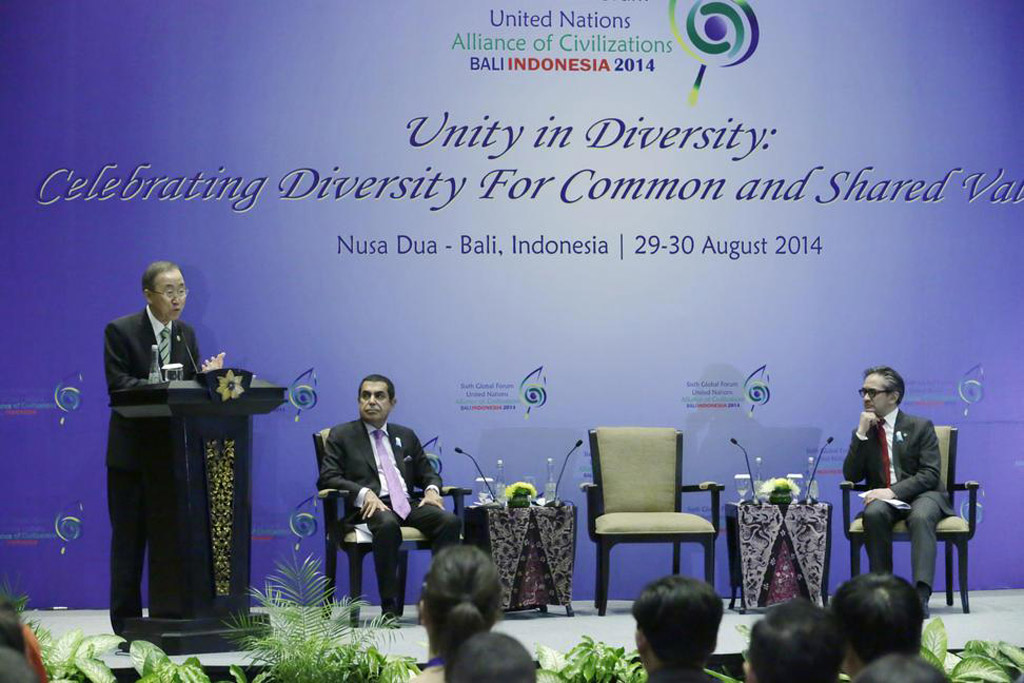 Secretary-General Ban Ki-moon (left) addresses the closing ceremony of the Youth Event organized by the Government of Indonesia and the Alliance of Civilizations (UNAOC) in Bali. UN Photo/Evan Schneider
