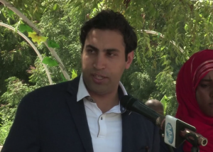 Ahmad Alhendawi speaks to a group of youth during a visit to Somalia